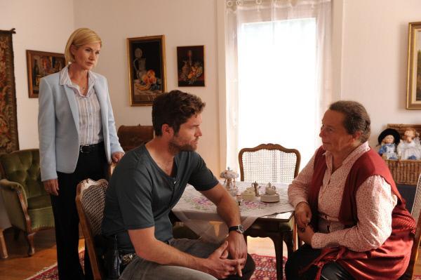 Bild 1 von 5: Jo Stoll (Peter Ketnath, m.) befragt mit Martina Seiffert (Astrid M. Fünderich, l.) Erna Hölzner (Doris Buchrucker, r.). Sie ist die Schwiegermutter des Opfers.