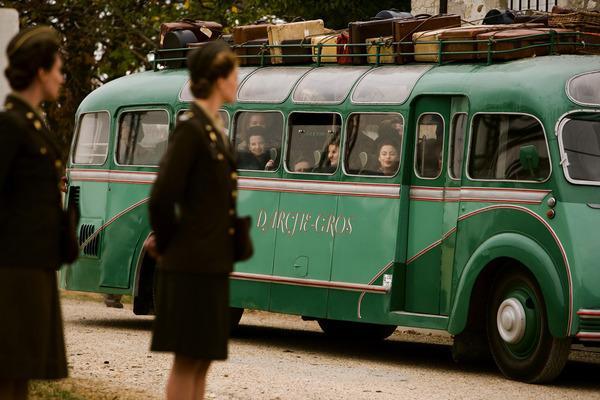 Bild 1 von 5: Mit Bussen werden die jungen Französinnen in die amerikanischen Erholungslager gebracht.