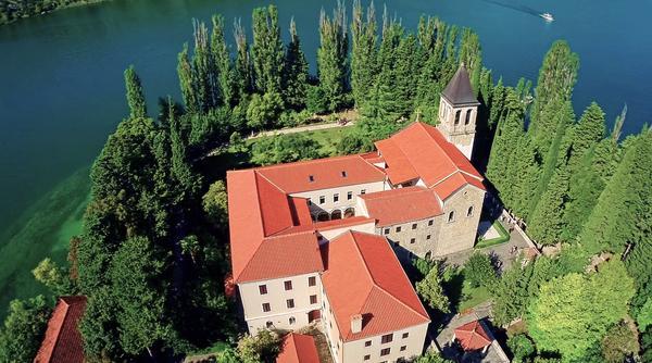 Bild 1 von 2: Inmitten des Nationalparks Krka befindet sich die Klosterinsel Visovac.