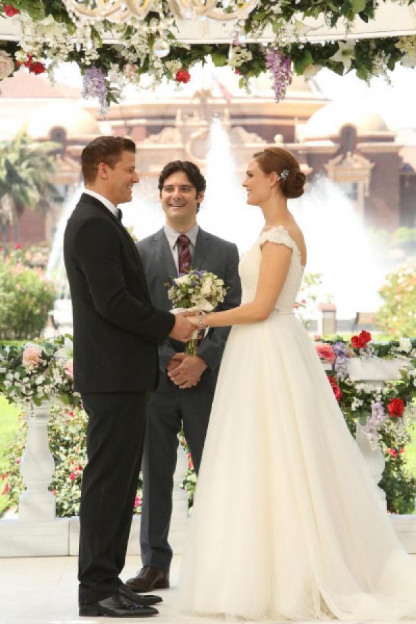 Bild 1 von 16: Was lange währt... Booth (David Boreanaz, l.) und Brennan (Emily Deschanel) werden von Aldo Clemens (Mather Zickel) getraut.