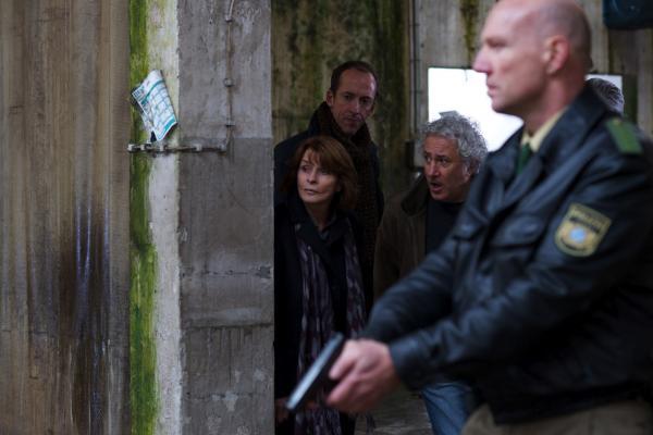Bild 1 von 6: v.l.: Dr. Eva Maria Prohacek (Senta Berger), André Langner (Rudolf Krause) und Evas Bruder Reinhard (Robert Giggenbach) beim Zugriff