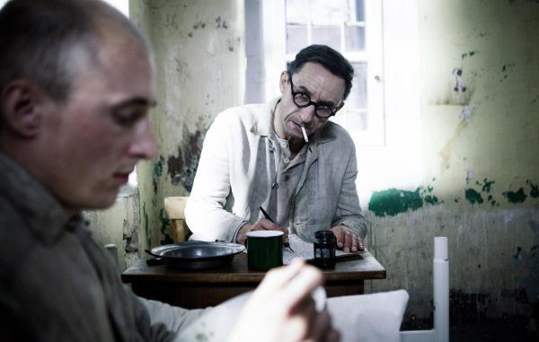 Bild 1 von 1: Michael Schenk als Fallada in einer Gefängniszelle einer geschlossenen Anstalt im Jahr 1944.