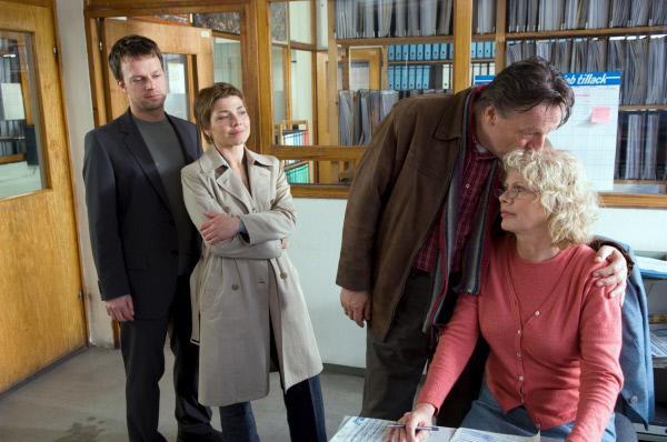 Bild 1 von 7: Fred Tillack (Hansjürgen Hürrig, 2.v.r.) ist zuversichtlich, dass sich der Fall bald aufklären wird und spricht seiner Frau Gudrun (Karin Düwel, r.) Mut zu. Die Kommissare Sven Herzog (Michael Härle, l.) und Katrin Börensen (Claudia Schmutzler, 2.v.l.) beobachten die Szene.