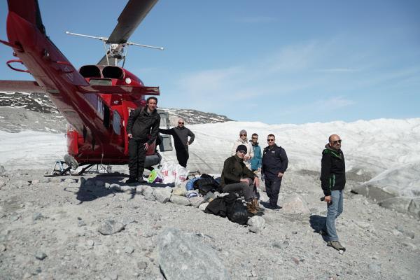Bild 1 von 5: Das Dreh-Team unterwegs zum Eispanzer Grönlands, der zweitgrößten Eiskappe der Welt. Seine Ausmaße sind gigantisch: 2,8 Millionen Kubikkilometer Eis bedecken rund 1,8 Millionen Quadratkilometer - das entspricht 81 Prozent der Insel. An seiner höchsten Stelle ragt das Inlandeis 3200 Meter über den Meeresspiegel. Es ist durchschnittlich zirka zwei Kilometer dick.