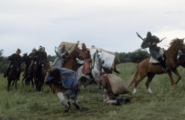 Bild 1 von 1: Die Hunnen überfallen einen gotischen Treck. Im Jahre 375 waren sie über Osteuropa herein gebrochen und hatten die Völkerwanderung ausgelöst. Ihrer überfallartigen Kriegsführung zu Pferd und mit Pfeil und Bogen hatten die Germanen anfangs nichts entgegen zu setzen.