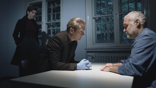 Bild 1 von 7: Professor T. (Matthias Matschke, l.) und die Kriminaldirektorin Christina Fehrmann (Julia Bremermann, l.) versuchen herauszufinden, ob der inhaftierte Georg Swoboda (Jophi Ries, r.) unschuldig verurteilt wurde oder seine Finger mit im Spiel hatte bei dem neuerlichen Doppelmord.