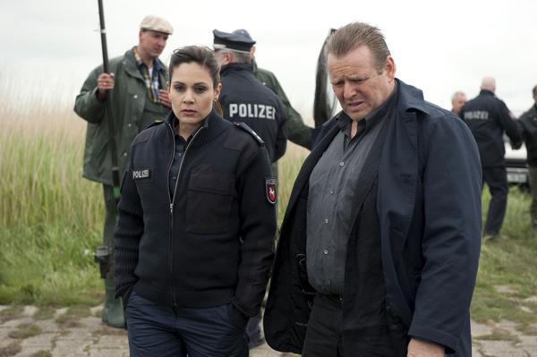 Bild 1 von 4: Der arrogante Wilhelmshavener Kriminalkommissar Brockhorst (Felix Vörtler) bezichtigt die junge Polizistin Süher Özlügül (Sophie Dal) der Inkompetenz.