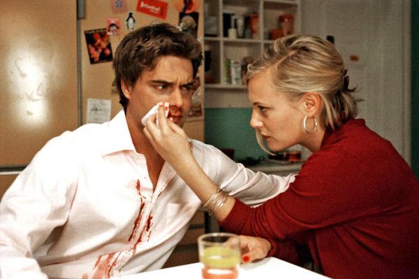 Bild 1 von 12: Nachdem Kai (Raphaël Vogt, l.) sich für Luzie geprügelt hat, kommen er und Johanna (Eva Hassmann, r.) sich näher.