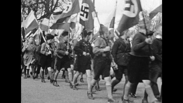 Bild 1 von 3: Hitlerjugend marschiert, 1935.