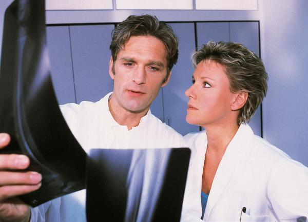 Bild 1 von 8: Nikola (Mariele Millowitsch) ist entsetzt: Dr. Schmidt (Walter Sittler) freut sich, dass der Knöchel der Professorin eine Operation erfordert.