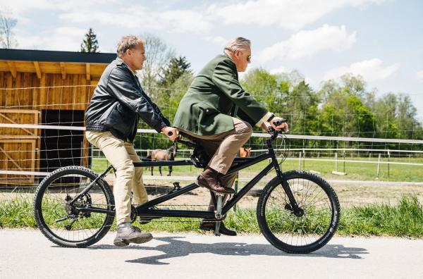 Bild 1 von 2: Hubert (Christian Tramitz, l.) und Girwidz (Michael Bradner, r.) testen ein alternatives Fortbewegungsmittel. Man sieht, Hubert hat das Prinzip \