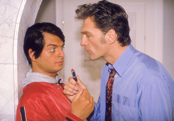 Bild 1 von 8: Schmidt (Walter Sittler, r.) bietet dem indischen Essenlieferanten Ranjid (Kaya Yanar) Geld, damit dieser sich Lippenstift aufträgt und ihn damit küsst, um so Nikola vorzuspielen, er hätte Damenbesuch.