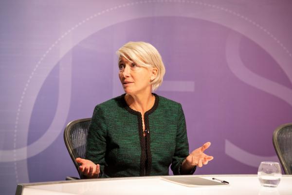 Bild 1 von 6: Die Populistin Vivienne Rook (Emma Thompson), deren neu gegründete Partei an Einfluss gewinnt,  schockiert die Menschen bei ihrem Live-Auftritt in einer Talkshow und sorgt für einen Skandal.