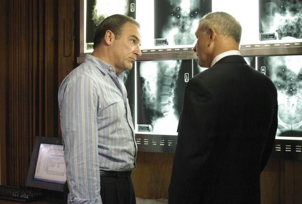 Bild 1 von 6: Nach dem Attentat eines Serienkillers, erkundigt sich Agent Jason Gideon (Mandy Patinkin, l.) bei Dr. Erstadt (Tim Halligan, r.) nach den Verletzten ...