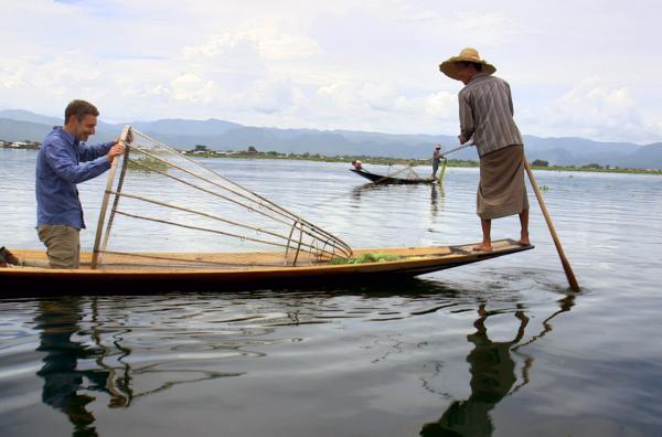 Bild 1 von 3: Im schwimmenden Dorf Pauk Par in Myanmar erfährt der französische Philosoph Philippe Simay (li.), was ein Leben im Einklang mit dem Wasser bedeutet.