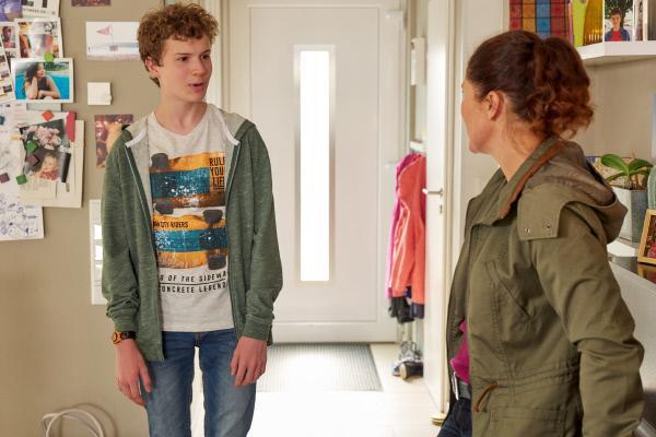 Bild 1 von 15: Lukas (Nico Ramon Kleemann) ist sauer auf seinen Vater und lässt sich von seiner Mutter Mina (Yasmina Djaballah) trösten.