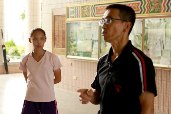 Bild 1 von 3: Die Kung-Fu-Schülerin Ceng Zi-Jing ist im letzten Grundschuljahr. Hier trainiert sie mit ihrem Kung-Fu-Lehrer im Fu-Shing-Kampfsportzentrum von Miaoli.