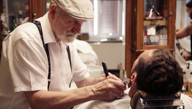 Bild 1 von 14: Rockabilly meets Dorfidyll: Peter Blatter rasiert die Konturen von seinem Kunden Michael Graffy.
