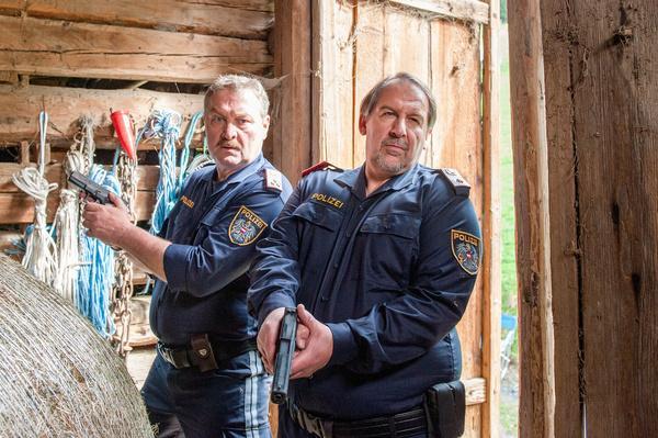 Bild 1 von 4: Postenkommandant Felix Hörtnagel (Wolf Bachofner, r.) überschreitet selbstherrlich seine Kompetenzen. Kroisleitner (Ferry Öllinger, l.), einst sein Untergebener, kann sich nicht durchsetzen.