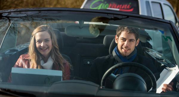 Bild 1 von 11: Eva (Sarina Radomski, l.) und Niklas (Roy Peter Link, r.) genießen ihren Ausflug, trotz Motorschaden.