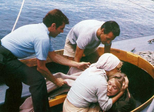 Bild 1 von 8: Martin Brody (Roy Scheider, M.), seine Frau Ellen (Lorraine Gary) und Hendricks (Jeffrey Kramer, l.) haben Tina Wilcox (Ann Dusenberry, r.) gerettet. Sie erklärt ihnen, dass ein Hai sie und Ed angegriffen hat. Ed ist tot.