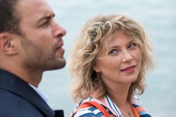 Bild 1 von 1: Candice (Cécile Bois) und Antoine (Raphaël Lenglet) werden zu einem Tatort am Strand gerufen.