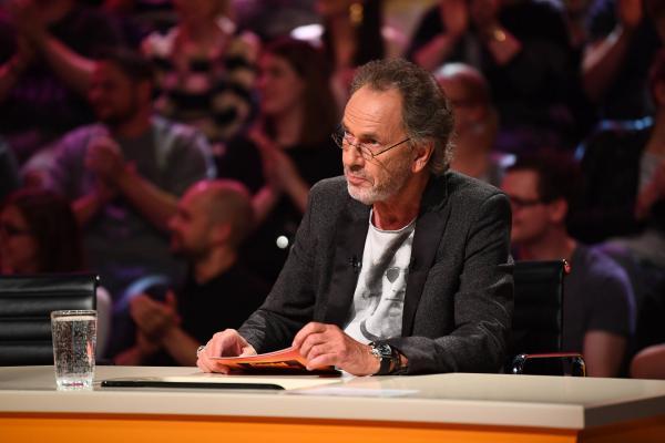 Bild 1 von 11: Spielleiter Hugo Egon Balder in seinem Element ...