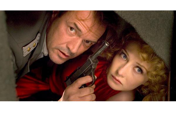 Bild 1 von 6: Ellis (Carice van Houten) und Müntze (Sebastian Koch) sind auf der Flucht.