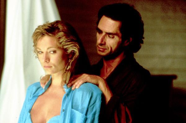Bild 1 von 5: Theresa Russell (li.) als männermordende Catharine Petersen und ihr nächstes Opfer: der vermögende Hotelbesitzer Paul, gespielt von Sami Frey