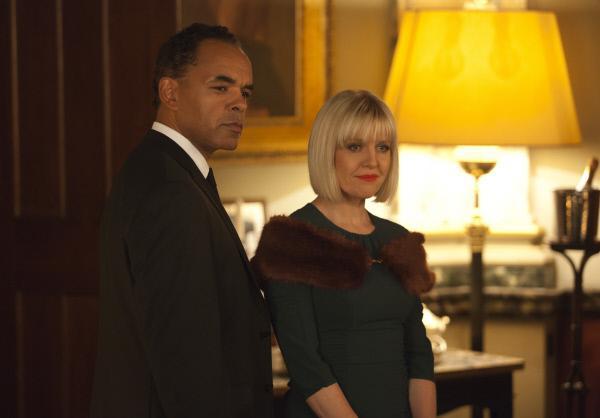 Bild 1 von 6: Agatha Raisin (Ashley Jenson) fühlt sich unwohl in der Gegenwart des mysteriösen Hotelangestellten Claude Martin (Peter De Jersey).