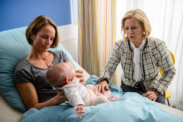 Bild 1 von 5: Sonja Herzog (Lara Joy Körner, l.), Baby Mimi (Komparse) und Angelika Herzog (Claudia Rieschel, r.).