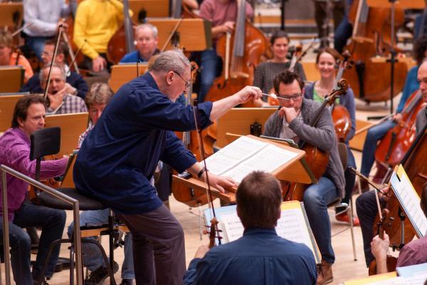 Bild 1 von 3: Probenarbeit im Orchesterhaus mit H.K. Gruber.