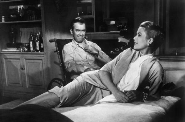 Schwarz/weiss Bild - Mann sitzt im Rollstuhl - eine junge Frau liegt auf Bett oder Sofa