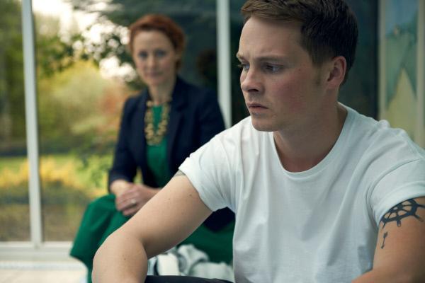 Bild 1 von 4: David Hamilton (Sam Strike, r.) macht sich große Sorgen um seinen Vater. Er hat das Gefühl, dass seine Mutter Lydia Hamilton (Geralinde Somerville, l.) ihn ungerecht behandelt.