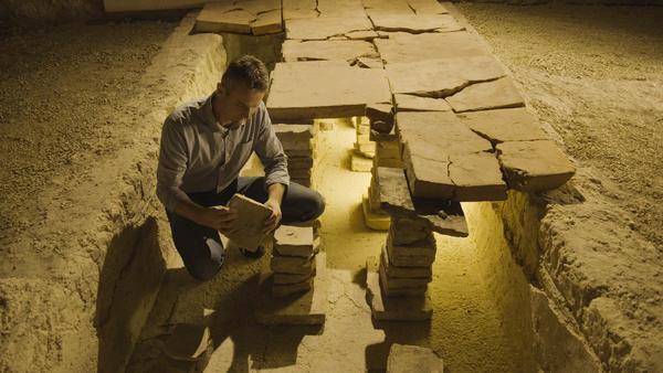 Bild 1 von 5: Schon die Römer heizten mit Hilfe der sogenannten Hypokaustenheizung Fußböden und Wände (Dr. Eduard Pollhammer vom archäologischen Park Carnuntum erforscht die Funktionsweise einer römischen Hypokaustenheizung)