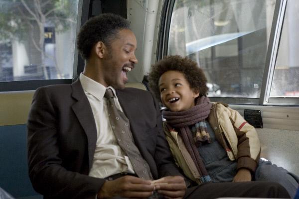 Bild 1 von 19: Vom Schicksal gebeutelt: Trotzdem lassen sich Chris Gardner (Will Smith, l.) und sein Sohn Christopher (Jaden Smith, r.) nicht den Spa� am Leben verderben ...
