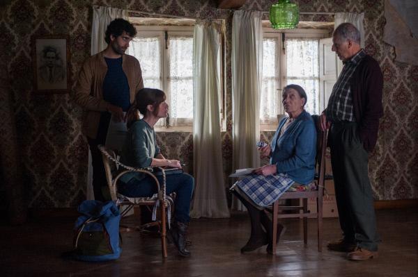Bild 1 von 8: Ricardo (Tamar Novas) und Julia (Alexandra Jiménez) besuchen die Eheleute Luisa (Maite Brik) und Tomás (Fermi Reixach), die in ihr altes Zuhause zurückgekehrt sind.