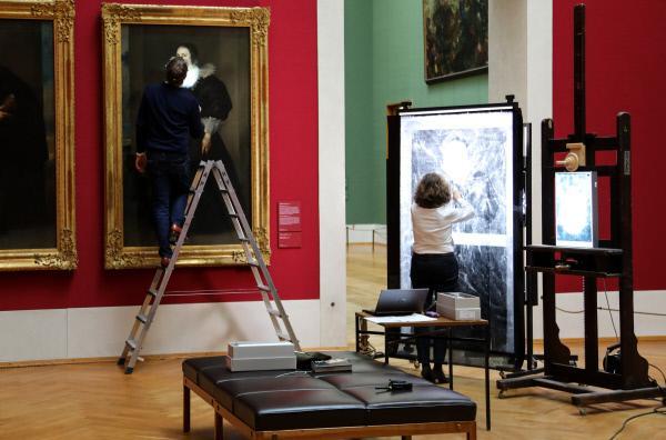 Bild 1 von 3: Mirjam Neumeister, Oberkonservatorin und Sammlungsleiterin Flämische Barockmalerei an der Alten Pinakothek in München, bereitet die von ihr kuratierte Van-Dyck-Ausstellung vor.