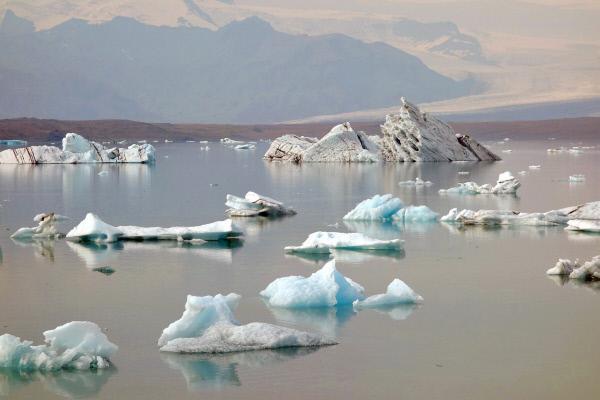 Bild 1 von 5: Gletscherlagune: Islands größter Gletscher, der Vatnajökull, kalbt in einen See, den Jökulsárlón.