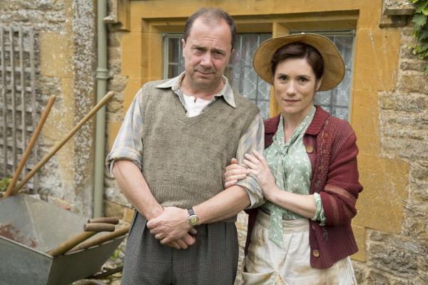 Bild 1 von 5: Das Ehepaar Henry Lee (Rob Jarvis) und Edie Lee (Charlotte Randle) verdienen mittlerweile ihr Geld als Floristen, nachdem Henry seine Tätigkeit als Henker aufgegeben hat.