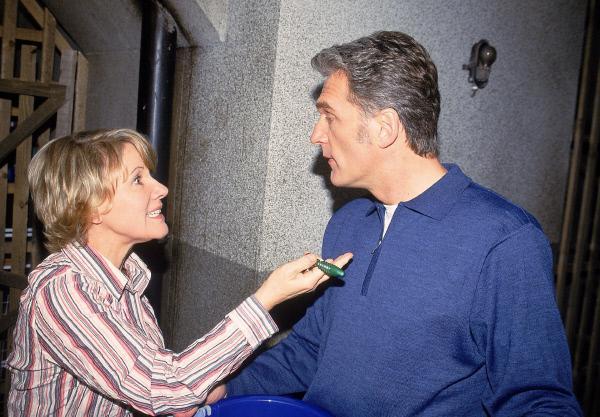 Bild 1 von 6: Nikola (Mariele Millowitsch) macht Schmidt (Walter Sittler) Vorhaltungen, dass er nicht das Recht hatte, ihren Koffer weg zu geben.