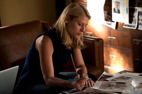 Bild 1 von 43: Carrie (Claire Danes) entschließt sich dazu, ihre Medikamente abzusetzen, da sie glaubt, so besser ermitteln zu können. Sie muss unbedingt herausfinden, wer sie auf die Abschussliste gesetzt hat ...