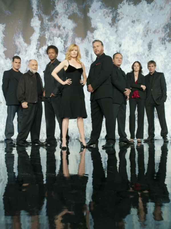 Bild 1 von 9: Das CSI-Team der Polizei von Las Vegas: (v.li.) Nick Stokes (George Eads), Dr. Al Robbins (Robert David Hall), Warrick Brown (Gary Dourdan), Catherine Willows (Marg Helgenberger), Gil Grissom (William Petersen), Capt. Jim Brass (Paul Guilfoyle), Sara Sidle (Jorja Fox) und Greg Sanders (Eric Szmanda)
