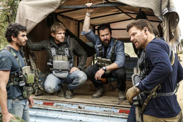 Bild 1 von 19: Als Brock (Justin Melnick, l.), Clay Spenser (Max Thieriot, 2.v.l.), Sonny (A.J. Buckley, 2.v.r.) und Jason (David Boreanaz) die gefährliche Fracht überführen sollen, wird es besonders gefährlich, als sie feststellen, dass die Brennstäbe der Nuklearwaffen ungesichert sind ...