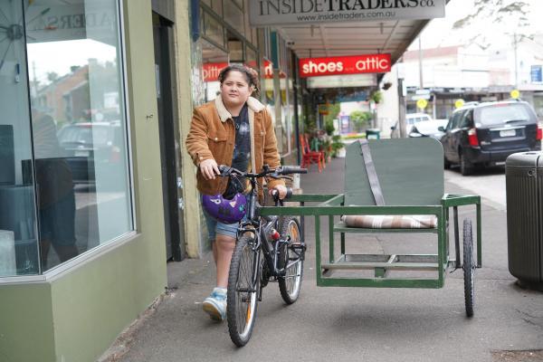 Bild 1 von 3: Mikey (Semisi Cheekam) ist so sauer auf Jerry, dass er sogar ihr gemeinsames Beiwagen-Fahrrad verscherbeln will.