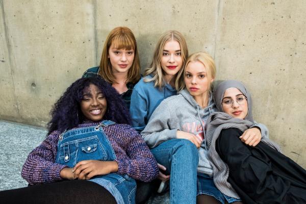Bild 1 von 3: Die Mädels-Crew: Mia (Milena Tscharntke, M.), Sam (Jobel Mokonzi, l.), Hanna (Lilly Dreesen, 2. v. l.), Kiki (Lea Zoe Voss, 2. v. r.) und Amira (Touka El-Fawwal, r.).
