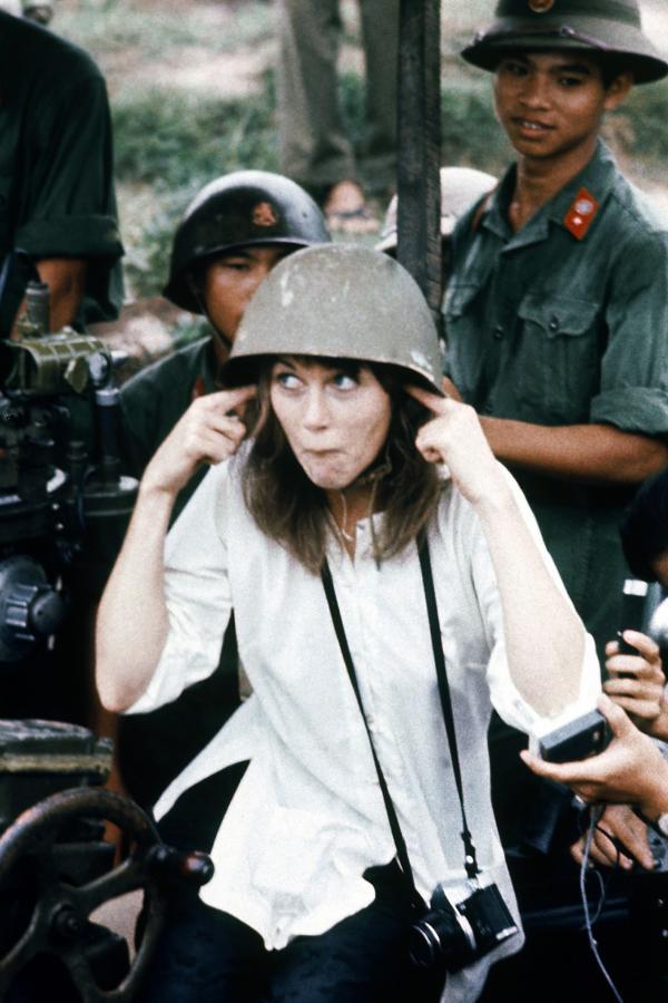 Bild 1 von 4: Hanoi, Juli 1972: Die politisch engagierte Schauspielerin Jane Fonda posiert mit Soldaten der nordvietnamesischen Armee -- während ihrer gesamten Karriere wird ihr daraufhin in den USA vorgeworfen werden, ihr Heimatland verraten zu haben.
