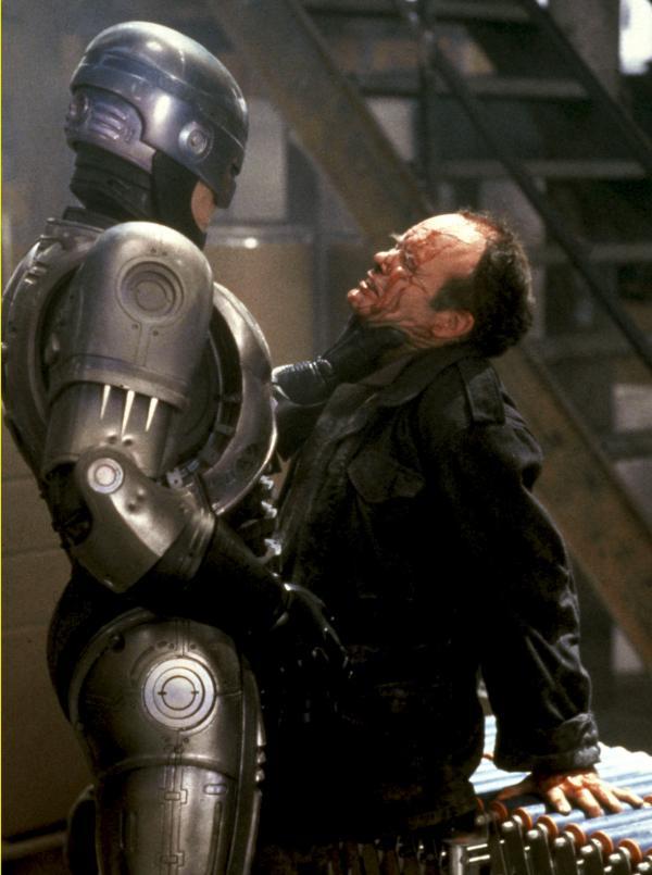Bild 1 von 3: Robocop (Peter Weller, l.) rechnet mit Bandenchef Clarence Boddicker (Kurtwood Smith, r.) ab.