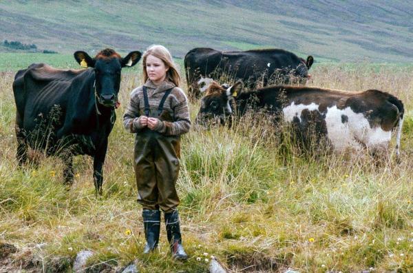 Bild 1 von 5: Sól (Gríma Valsdóttir) kümmert sich um die Kühe.