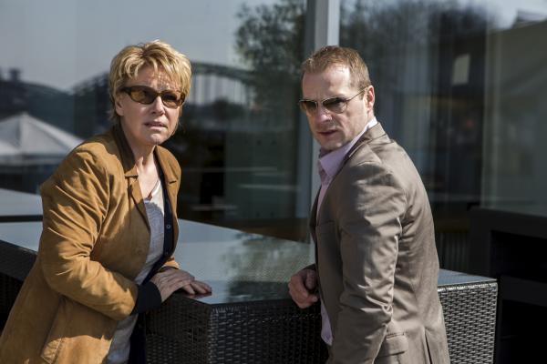 Bild 1 von 4: Marie Brand (Mariele Millowitsch) und Jürgen Simmel (Hinnerk Schönemann) recherchieren an einem besonders verwickelten Fall.